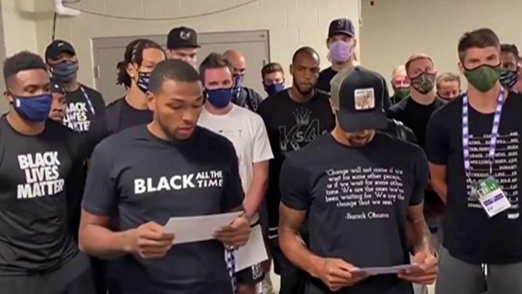 Los jugadores de los Bucks leen un comunicado tras negarse a jugar.