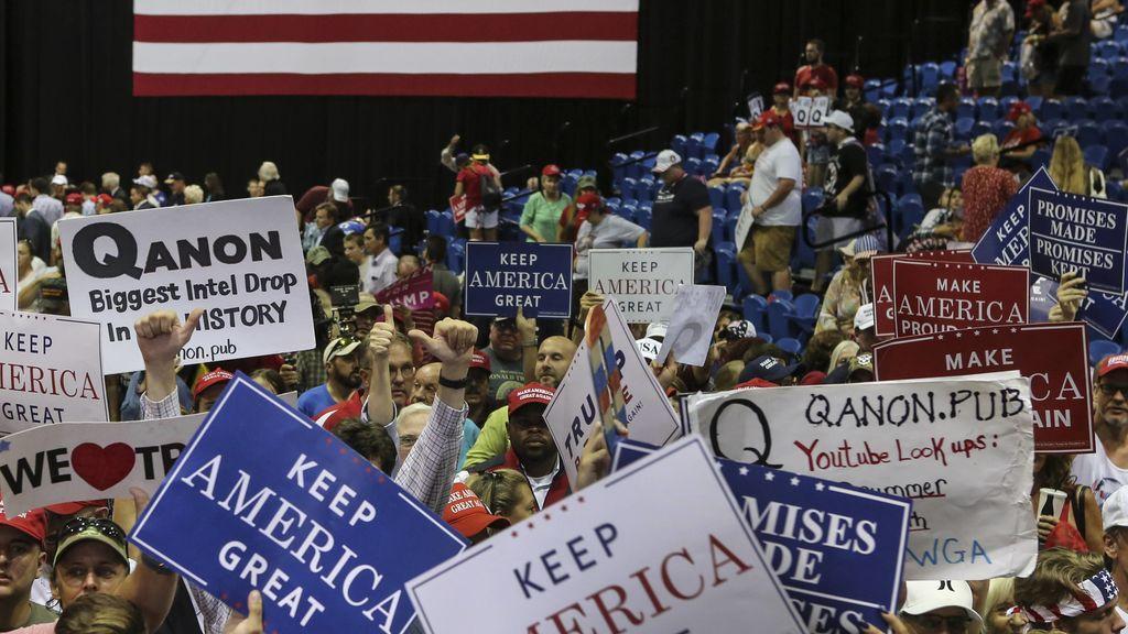 Lemas y carteles de 'QAnon' en un mitin de Trump