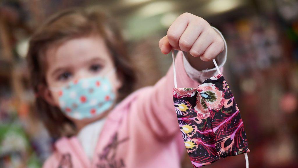 Sanidad revisará la obligación de llevar mascarilla en los colegios si mejora la pandemia