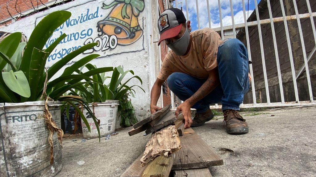 Los venezolanos cocinan con leña por la falta de gas