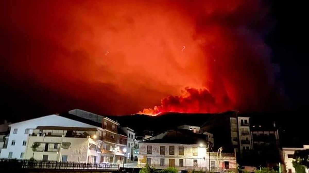 Medios del Infoex tratan de sofocar un gran incendio en el Valle del Jerte