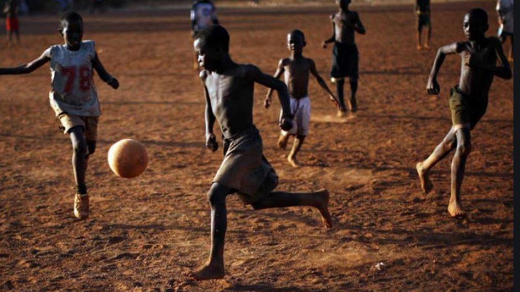 Mueren diez niños fulminados por un rayo cuando jugaban al fútbol en Uganda