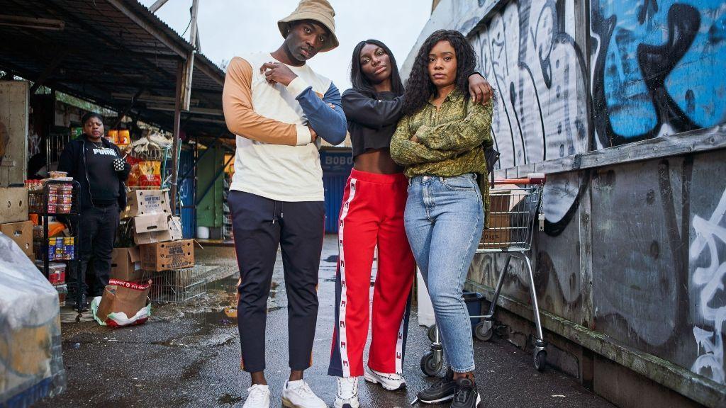 Terry (Weruche Opia) y Kwame (Paapa Essiedu), los amigos de Arabella en la serie