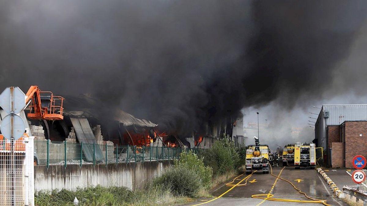 Un incendio en un polígono industrial de Llanera, en Asturias, afecta a cinco naves