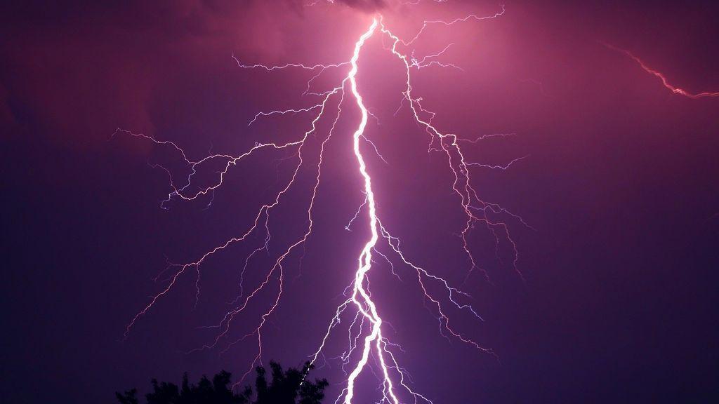 Tragedia en una tormenta: mueren diez niños por la caída de un rayo mientras jugaban a fútbol