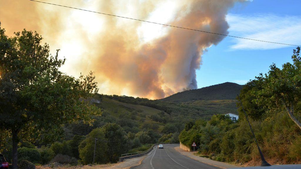 Medios terrestres, con apoyo de UME, trabajan en incendio de Valle del Jerte