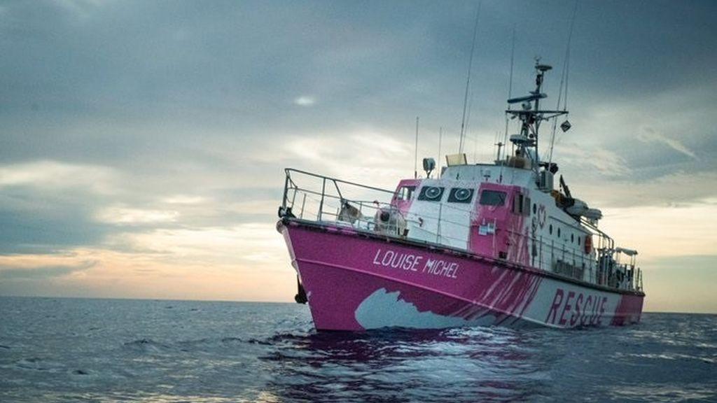 El barco de rescate de inmigrantes financiado por Banksy pide ayuda