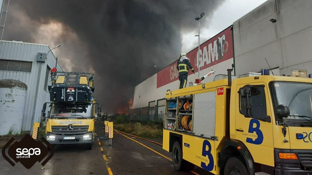EuropaPress_3291676_bomberos_trabajan_extincion_incendio_afecta_varias_naves_poligono_silvota