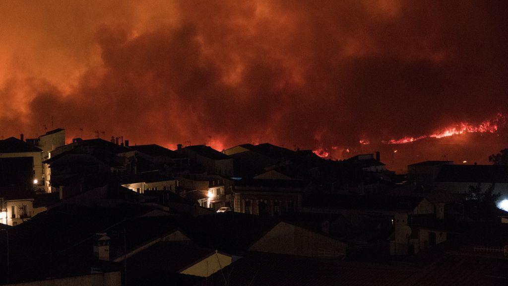 Medios aéreos y refuerzo de la UME se incorporan a incendio sierra de Huelva