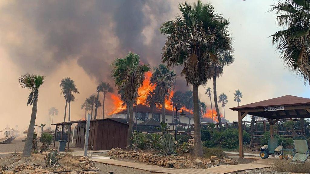 El incendio de Estepona arrasando con chiringuitos