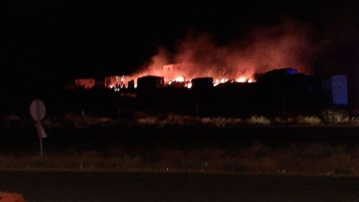 Calcinadas varias chabolas tras el incendio en un asentamiento de Lepe, en Huelva