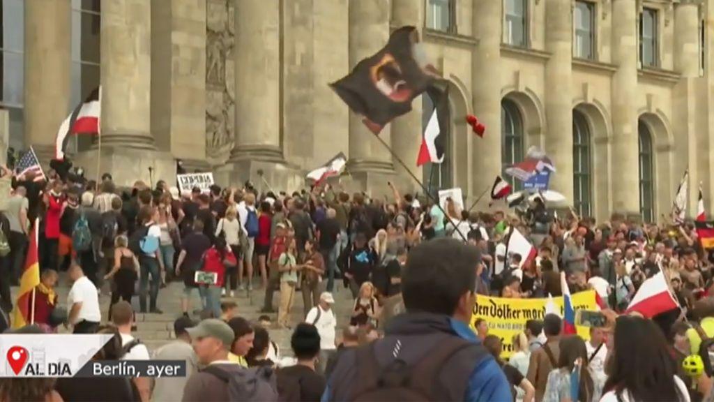 Intentan asaltar el Reichstag durante la manifestación negacionista del coronavirus en Berlín
