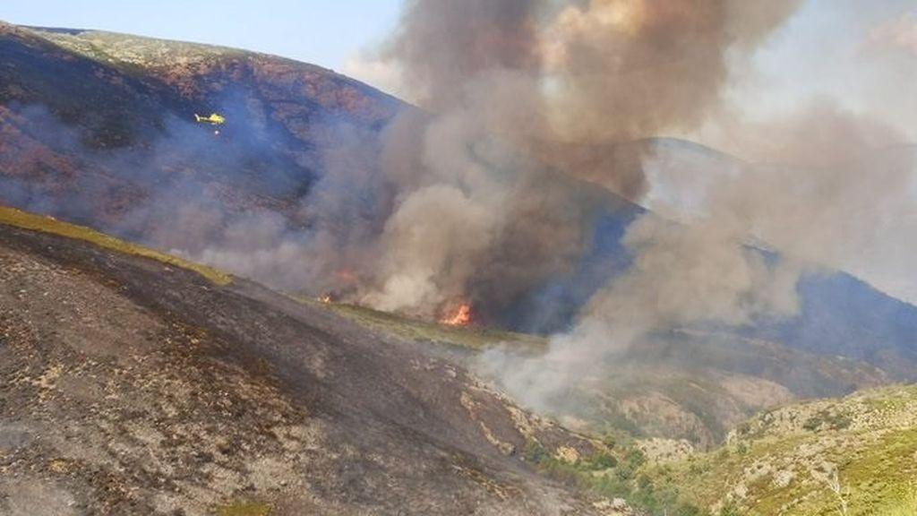 """El incendio que afecta al Jerte y la Vera evoluciona """"favorablemente"""" pese a las zonas con """"complicaciones"""""""