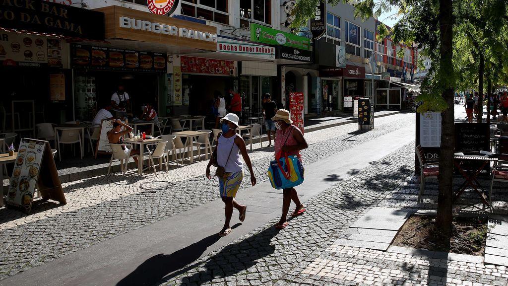 Turistas con mascarilla en Portimao, Portugal