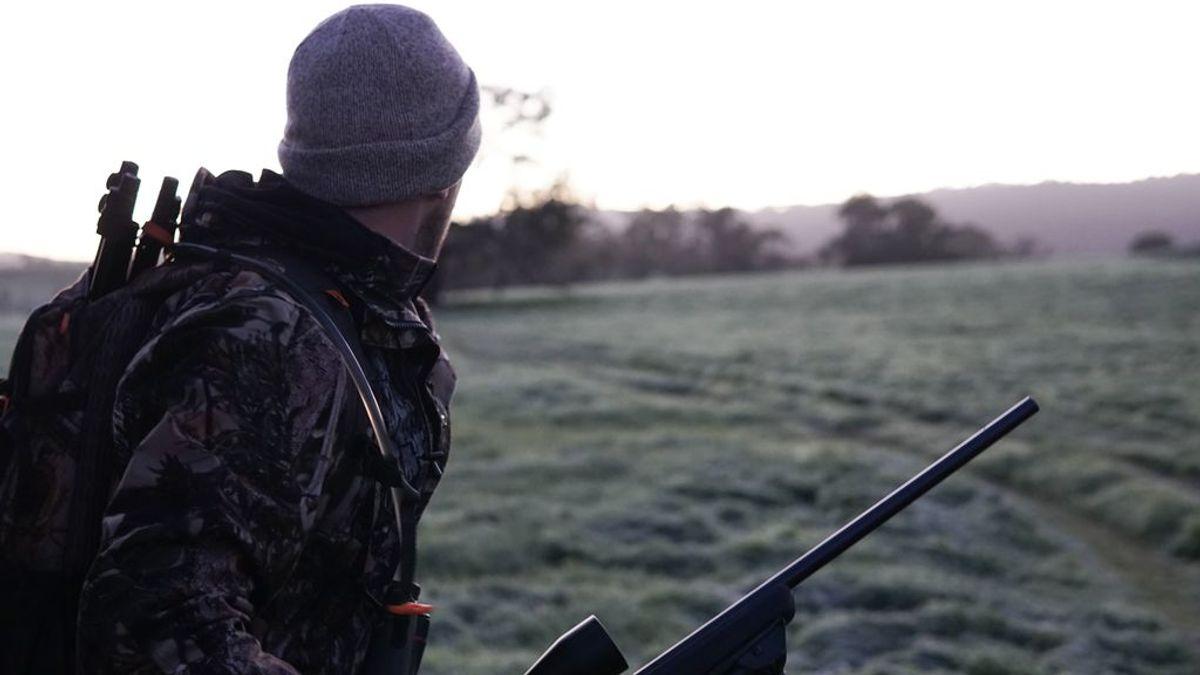Fallece un cazador de 40 años por un disparo accidental de su hijo menor en una finca de Badajoz