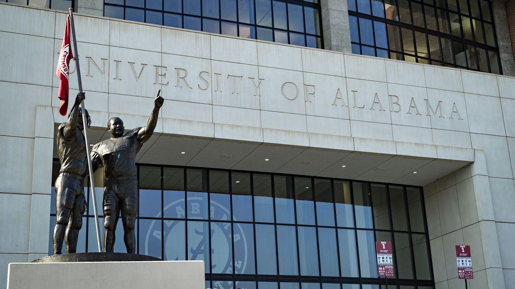 Más de 1.000 universitarios dan positivo en coronavirus tras reanudar las clases en Alabama
