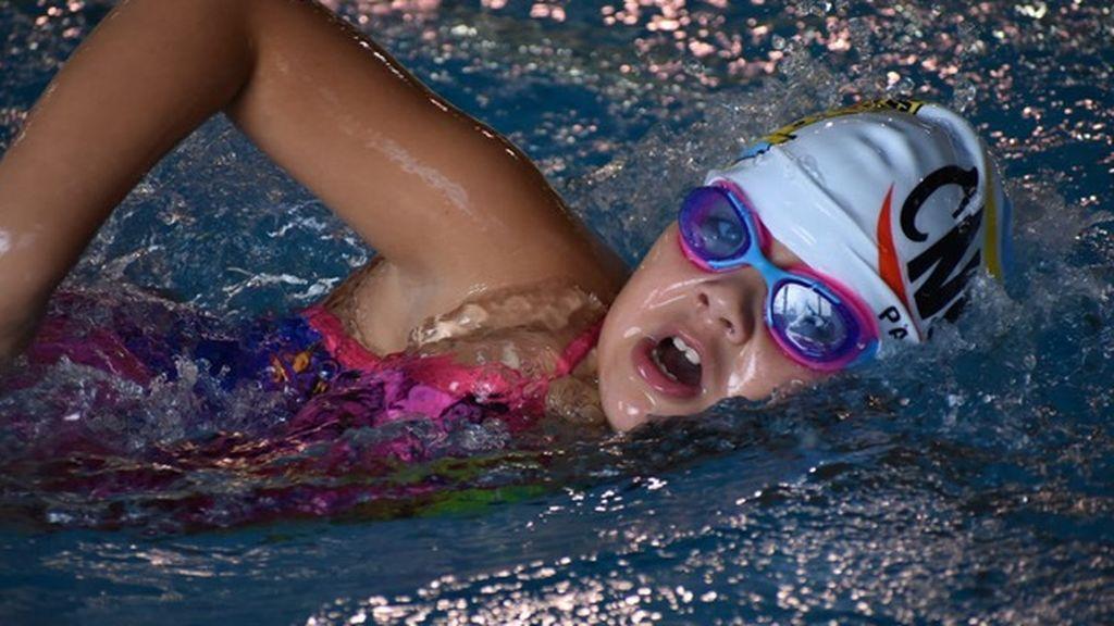 Paloma compitiendo con su club de natación