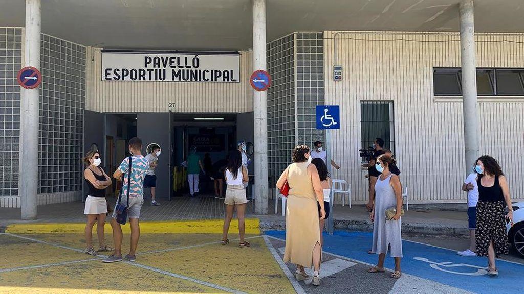 Los vecinos de Benigànim, en Valencia, esperan para hacerse PCR