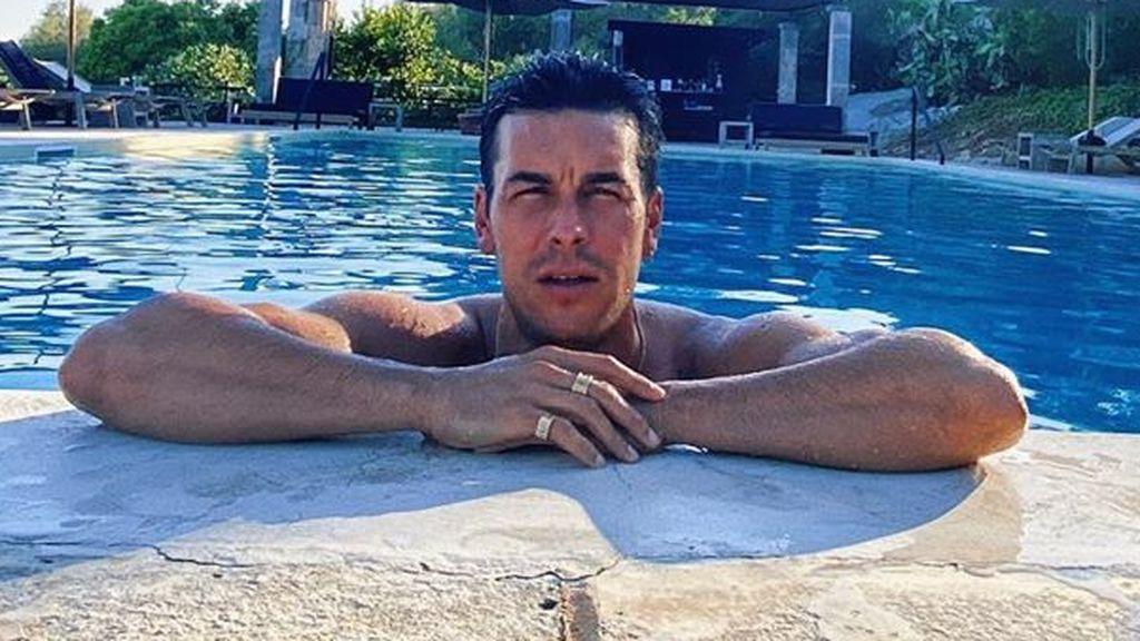 Primer posado de pareja: Mario Casas y Déborah François, de vacaciones en Mallorca con la familia de él
