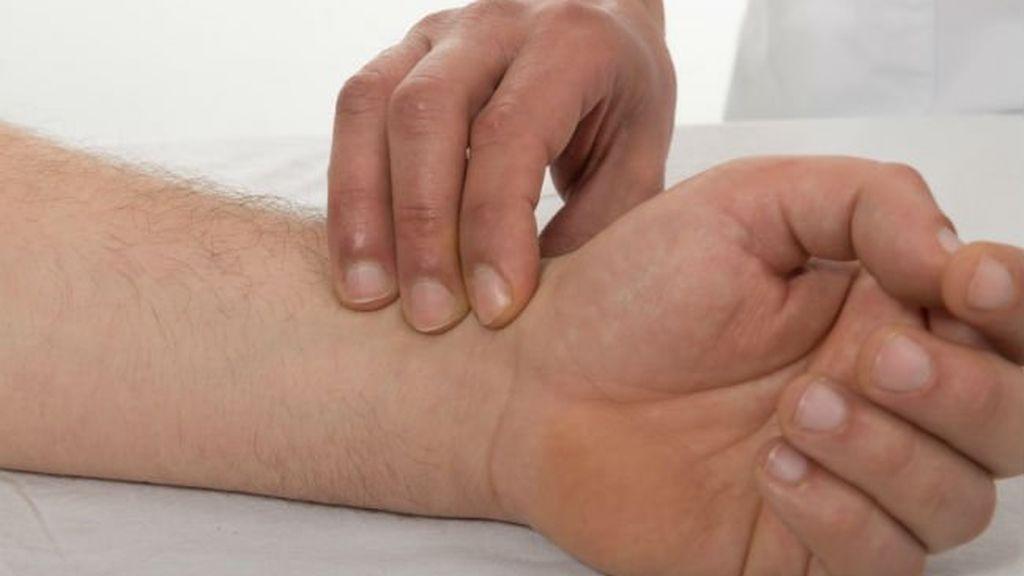 fisioterapeuta tratando una lesión de muñeca abierta