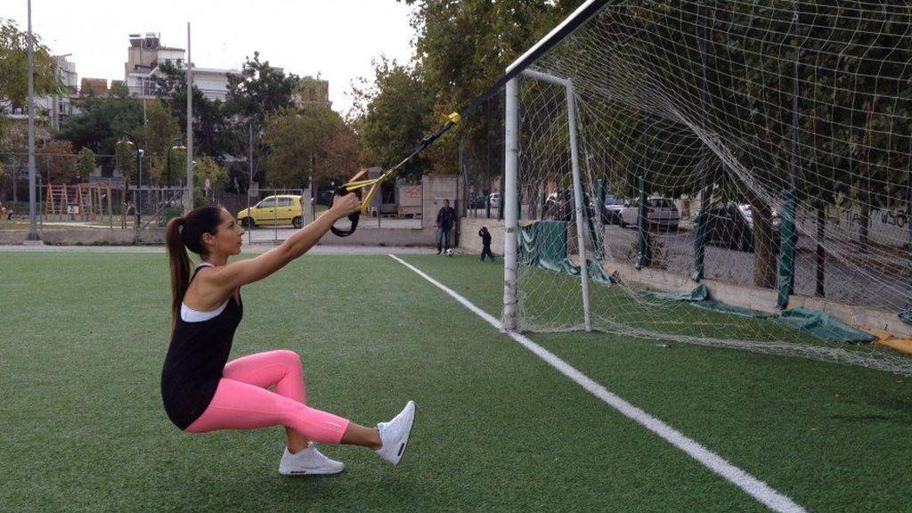 mujer entrenando con TRX