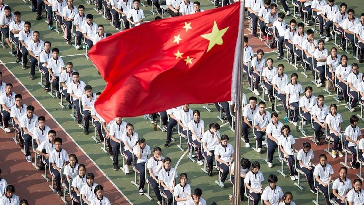 Miles de niños vuelven al cole en Wuhan, epicentro de la pandemia de coronavirus, y participan en el izado de la bandera