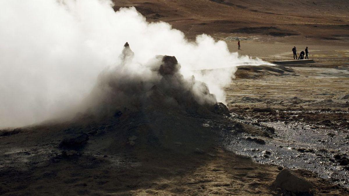 La explosión de un cráter de lodo entierra a 19 búfalos en Indonesia
