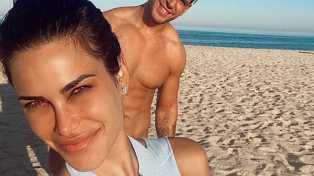 """Carla Barber disfruta de sus vacaciones en Portugal y posa en topless: """"Arena y mar"""""""