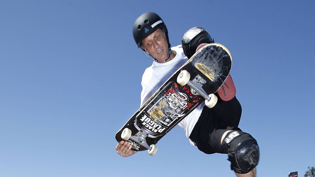 Tony Hawk supera el reto del vaso de leche en skate a sus 52 años