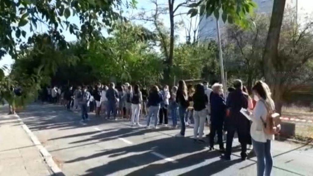 Largas colas en el primer día de test a los profesores de Madrid