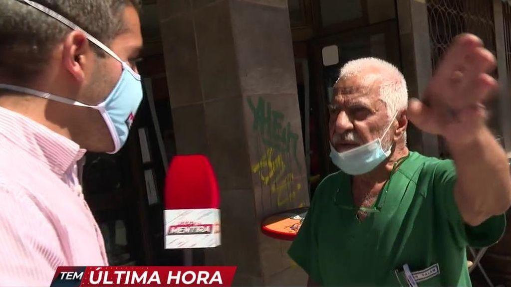 """El doctor que expende certificados falsos para no llevar mascarilla amenaza a un reportero de 'TEM': """"Te tiro la cámara"""""""