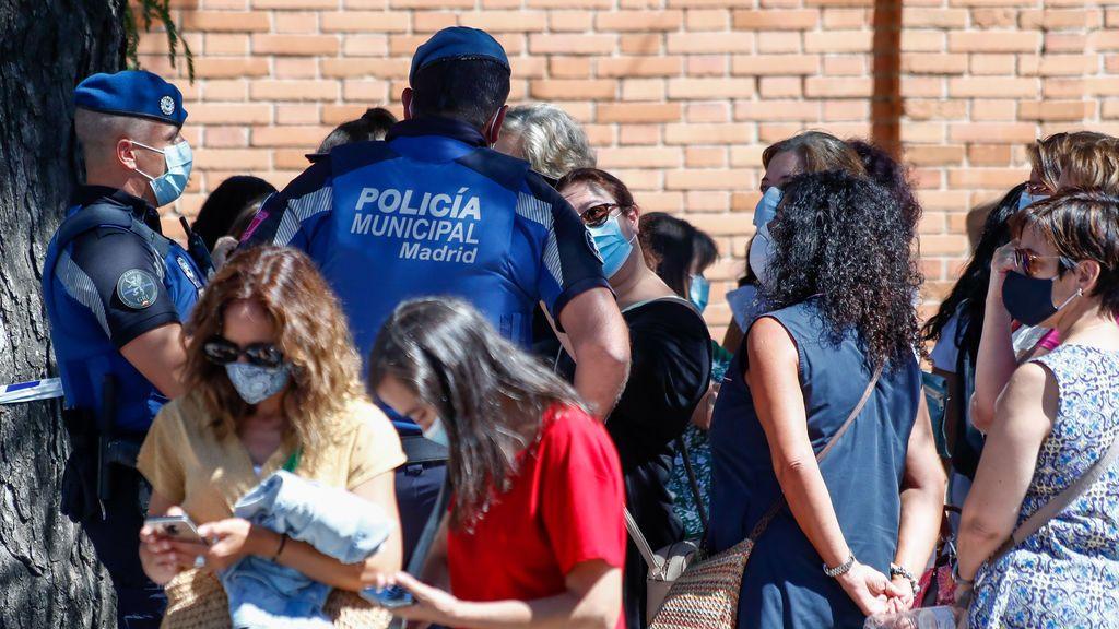 La Comunidad de Madrid pide disculpas por las aglomeraciones y reorganiza los test Covid para docentes
