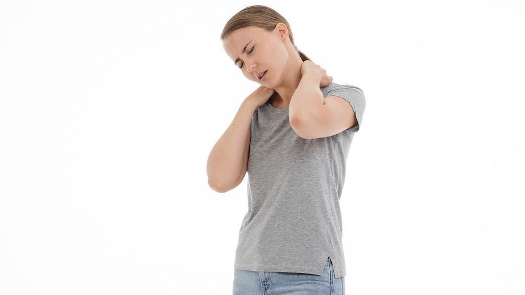 6 estiramientos que te ayudarán a evitar el dolor de cabeza causado por la tensión muscular