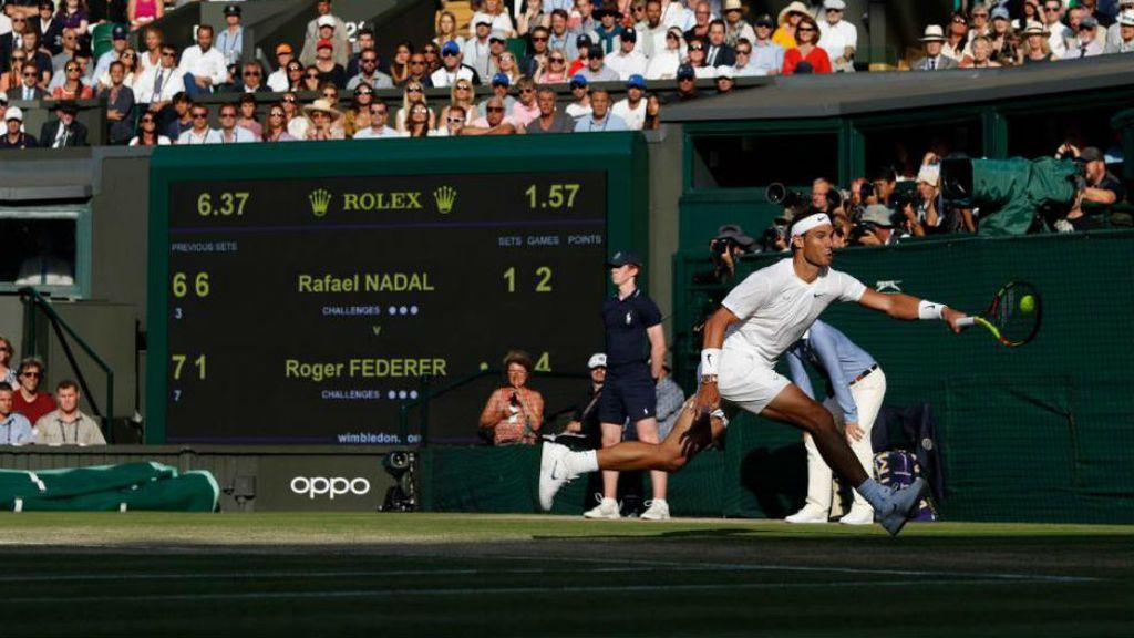 Rafa Nadal golpeando la pelota de tenis durante un partido de Wimblendom