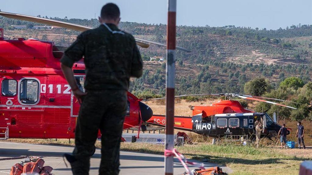 Medio centenar de bomberos siguen luchando contra el fuego en la sierra de Huelva