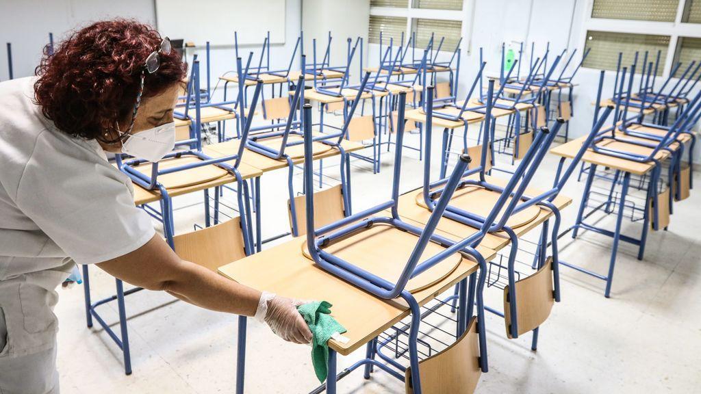 Una señora de la limpieza higieniza las clases ante la vuelta al cole más atípica