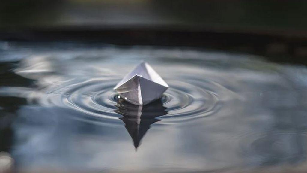Consiguen desafiar a la gravedad haciendo que un barco flote al revés
