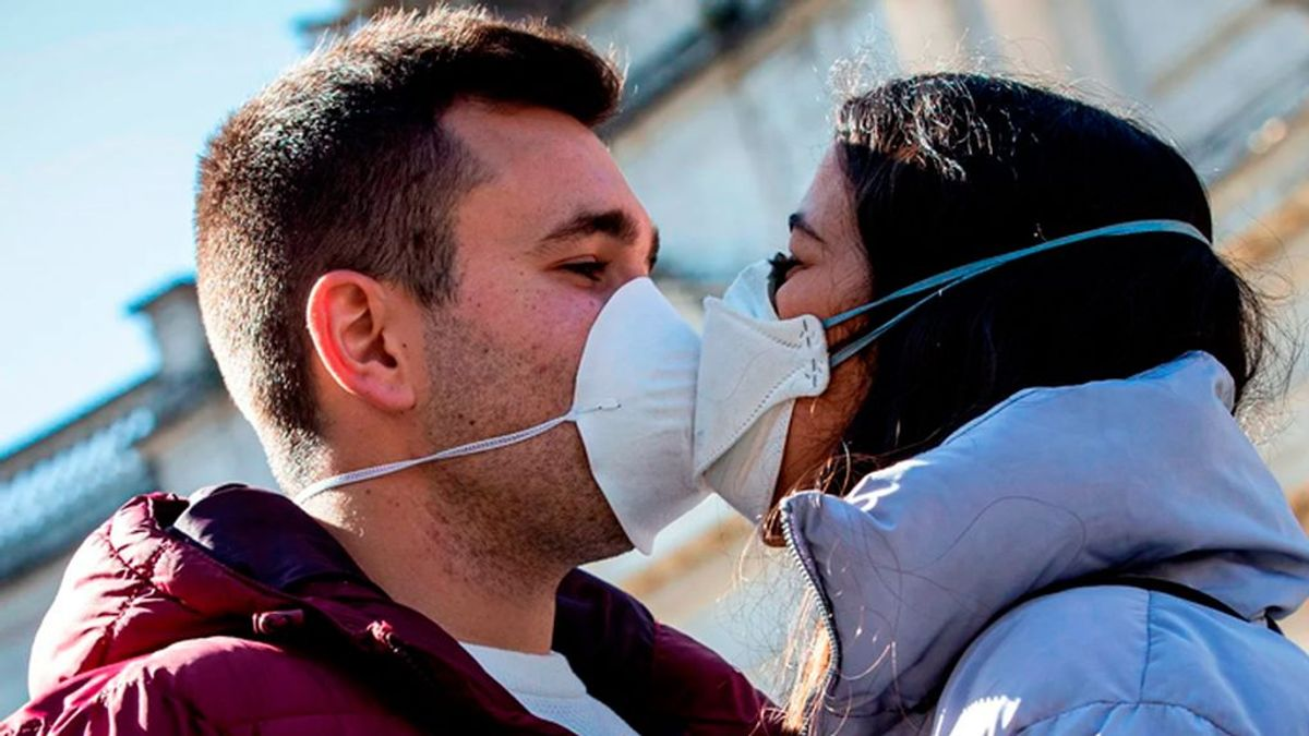 El sexo, sin besos y con mascarilla para evitar el coronavirus, según la directora médica de Canadá