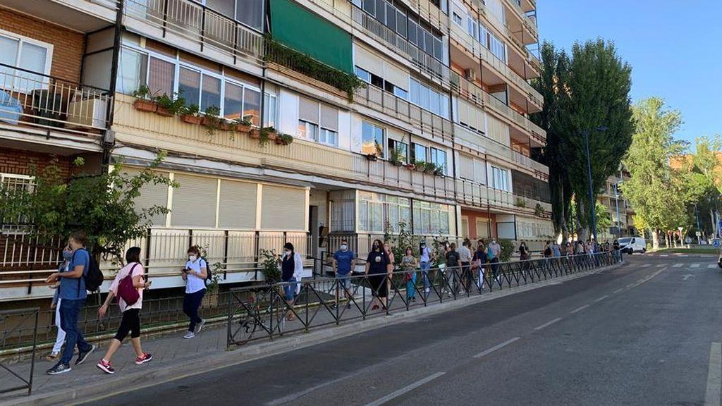 Se repiten las largas colas de profesores que esperan a hacerse los test en Leganés