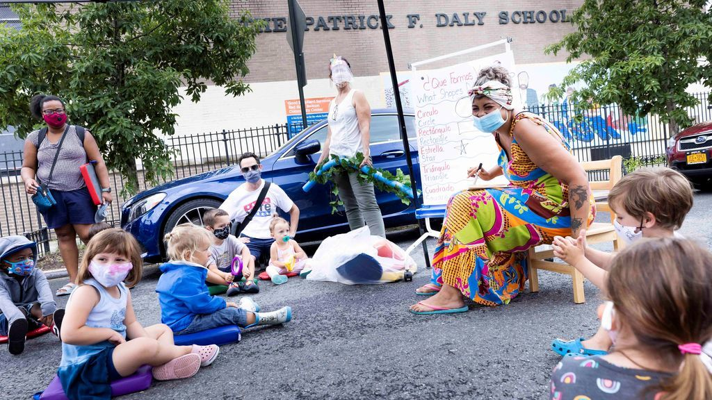 Clases en la calle: Nueva York ensaya una solución con la que combatió plagas hace un siglo