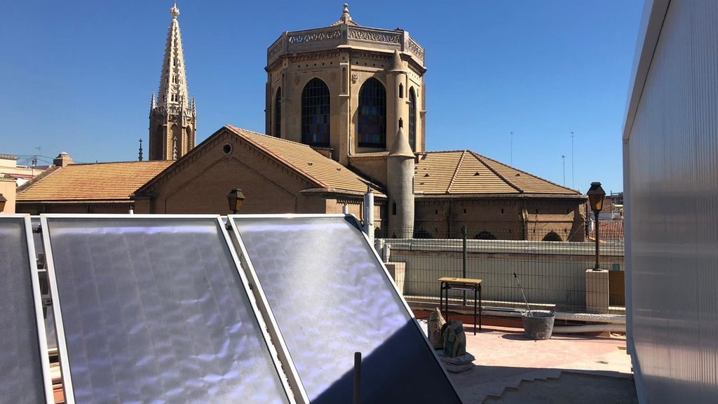 El barracón se ha instalado junto a las placas solares de la azotea
