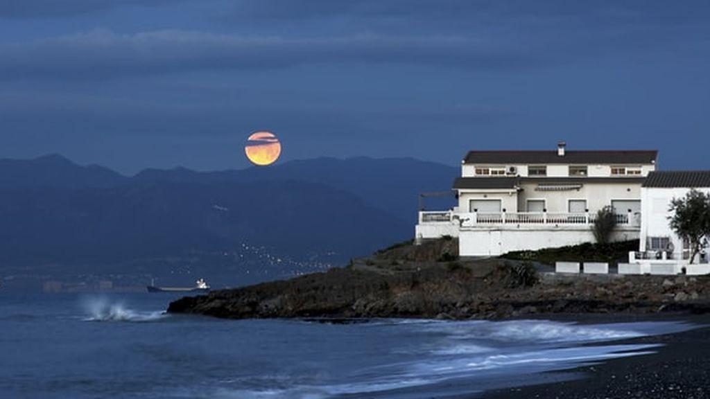 Marte se esconderá detrás de la Luna el sábado: las zonas de España donde se verá