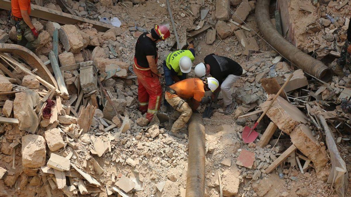 """Encuentran un """"posible"""" signo de vida de un bebé bajo los escombros de la explosión de Beirut, un mes después"""