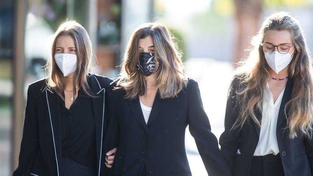 Xandra Falcó con sus hijas durante el sepelio de Jaime Carvajal Hoyos en Madrid