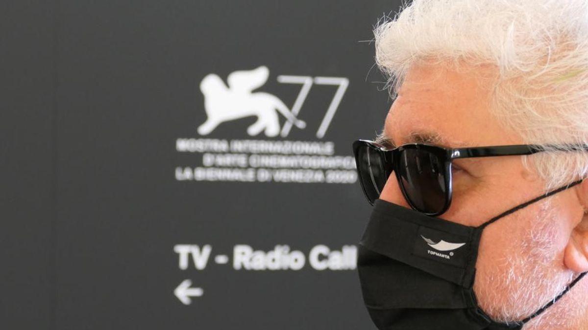 Pedro Almodóvar reaparece en Venecia con una mascarilla Top Manta para presentar su nuevo corto