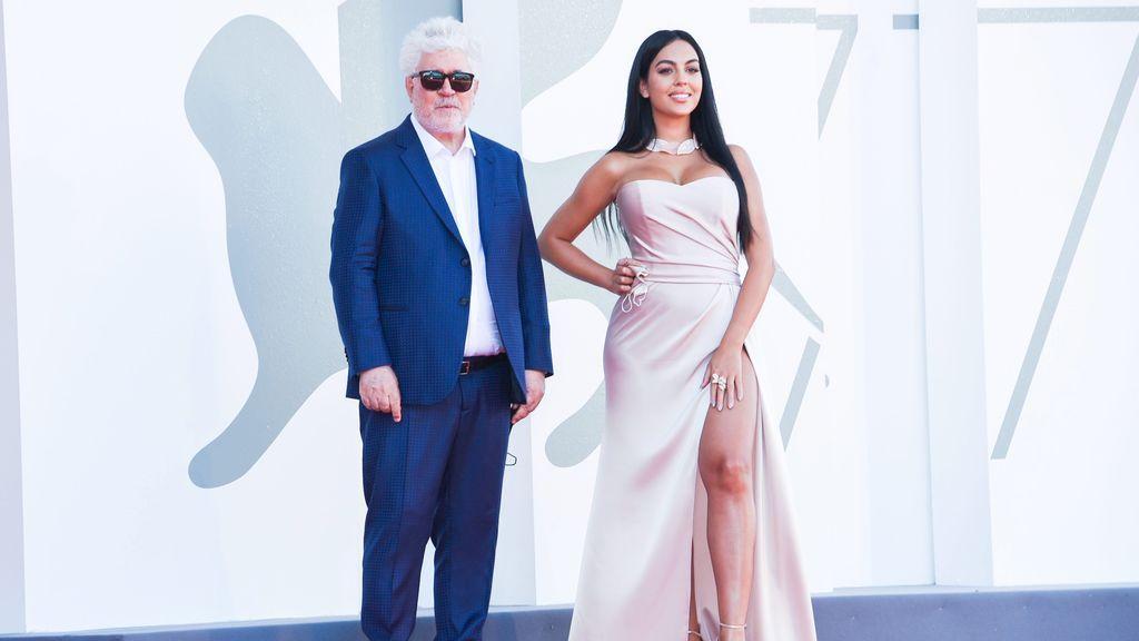 Georgina Rodríguez y Pedro Almodóvar, en el festival de Venecia
