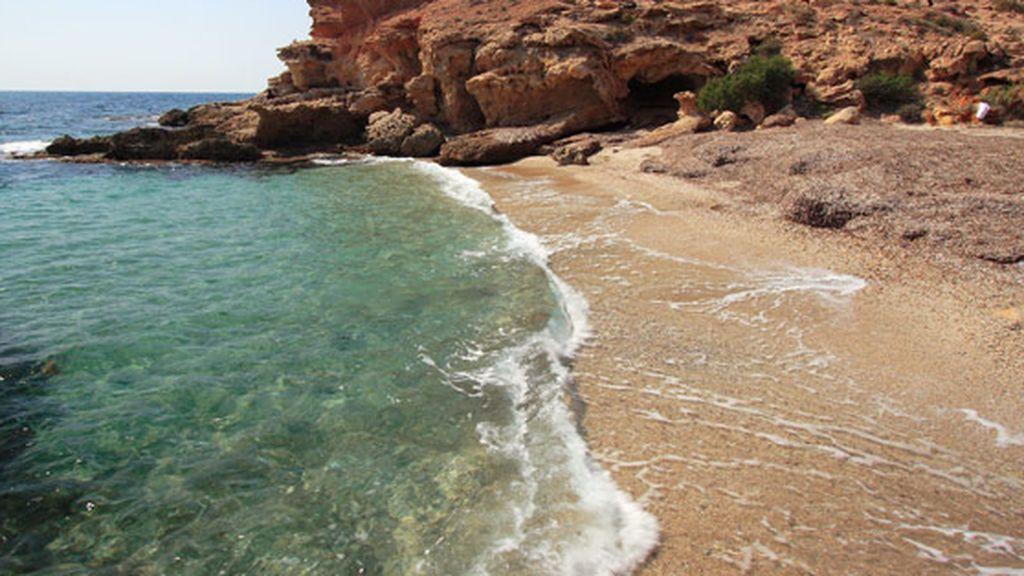 Investigan la violación de una bañista a plena luz del día en una playa de Mazarrón
