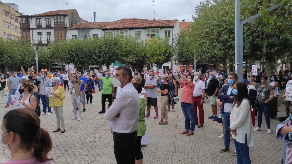 Cientos de vecinos reclaman en Santoña (Cantabria) el retraso del inicio del curso escolar