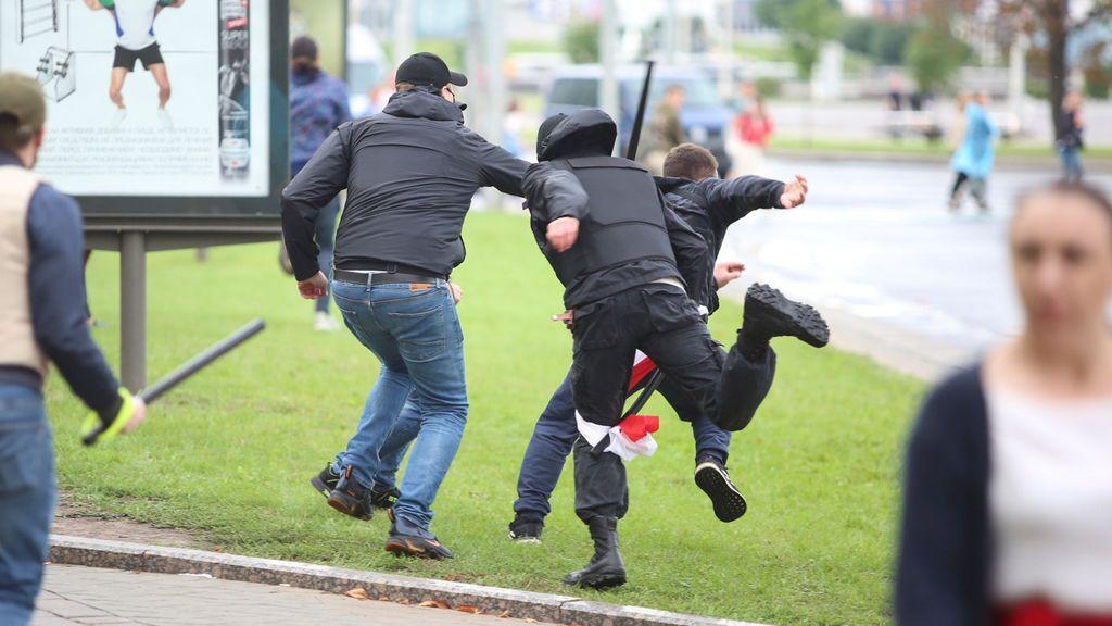 Grupos de encapuchados golpean y detienen violentamente a los manifestantes bielorrusos