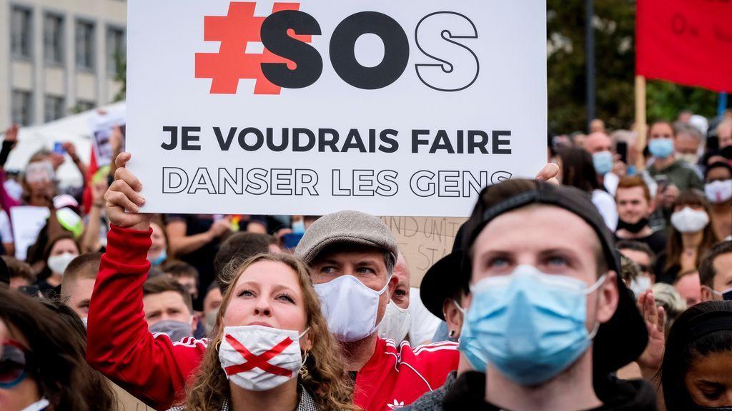 La policía detiene una manifestación contra las medidas por la COVID en Bruselas